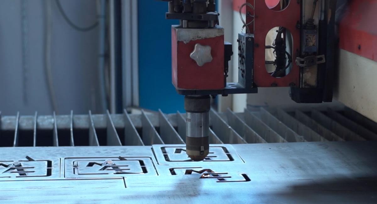 Taglio su lamiera metallica